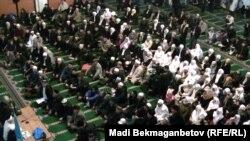 Отправляющиеся на хадж верующие в центральной мечети Алматы. 8 ноября 2013 года.