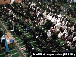 Қажылыққа баратын мұсылмандар сапар алдында Алматының орталық мешітінде отыр. 8 қараша 2010 жыл. (Көрнекі сурет)