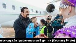Стивен Сигал в аэропорту Улан-Удэ