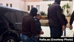 Rauf Mirkadirov duke hyrë në gjykatë...