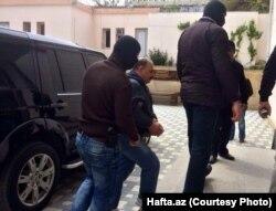 Журналиста Рауфа Миркадырова ведут в суд. Баку, 25 апреля 2014 года.