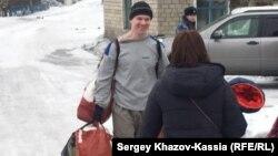 Ильдара Дадина с вещами встречают у ворот тюрьмы. 26 февраля 2017 года.