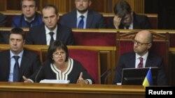 Міністр фінансів Наталія Яресько (ліворуч) та прем'єр-міністр Арсеній Яценюк під час засідання Верховної Ради. 17 вересня 2015 року