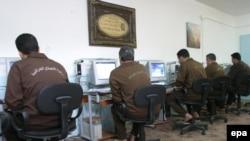 سجناء في سجن بغداد المركزي يتصفحون مواقع ألكترونية على شبكة الإنترنت.