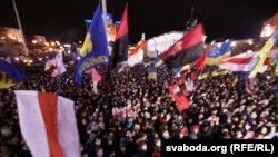 Участники демонстрации в поддержку евроинтеграции Украины на Майдане Незалежности.