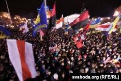 Тәуелсіздік алаңында билікке қарсылық акциясында тұрған адамдар. Киев, 7 желтоқсан 2013 жыл.