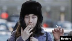 Sankt-Peterburgyň bir köçesinde çilim çekip duran adamlar. 24-nji ýanwar, 2013 ý.