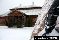 Рэльеф Касьцюшкі на валуне каля сядзібы-музэя ў Косаве