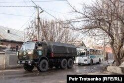 Полицейская техника в поселке Заря Востока. Алматы, 8 февраля 2020 года.