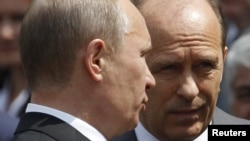 Orsýetiň prezidenti W.Putin (ç) we Federal howpsuzlyk gullugynyň ýolbaşçysy A. Bortnikow (s)