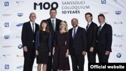 Фото на згадку у товаристві голови Європарламенту Мартіна Шульца (в центрі) та міністра закордонних справ Австрії Себастіана Курца (другий справа)