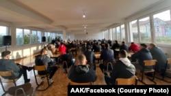 Një aktivitet zgjedhor i mbajtur nga AAK-ja në një shkollë të Gjakovës.