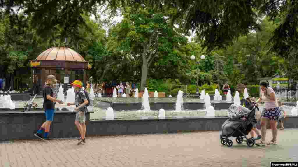У міському саду імені Леніна
