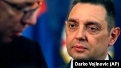 Српскиот министер Александар Вулин го гледа српскиот претседател Александар Вучиќ во Белград, 23 април 2018 година