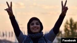 شیما بابایی از فعالان مدنی در تهران است که در تعدادی از تجمعات اعتراضی مقابل لاستیک دنا و زندان اوین حاضر بود.
