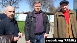 Актывісты «Справядлівага сьвету» зьлева направа: Аляксандар Козін, Ігар Сарока, Анатоль Заўялаў