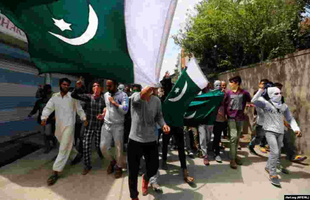 Etirazçılar Kəşmirdə Pakistan bayrağı dalğalandırır