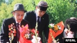 Ветеранҳо дар Туркманистон дар назди оташи ҷовидон гул гузоштанд. 9 майи соли 2020.