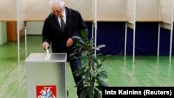 Голосование на избирательном участке в Вильнюсе в день президентских выборов. 12 мая 2019 года.
