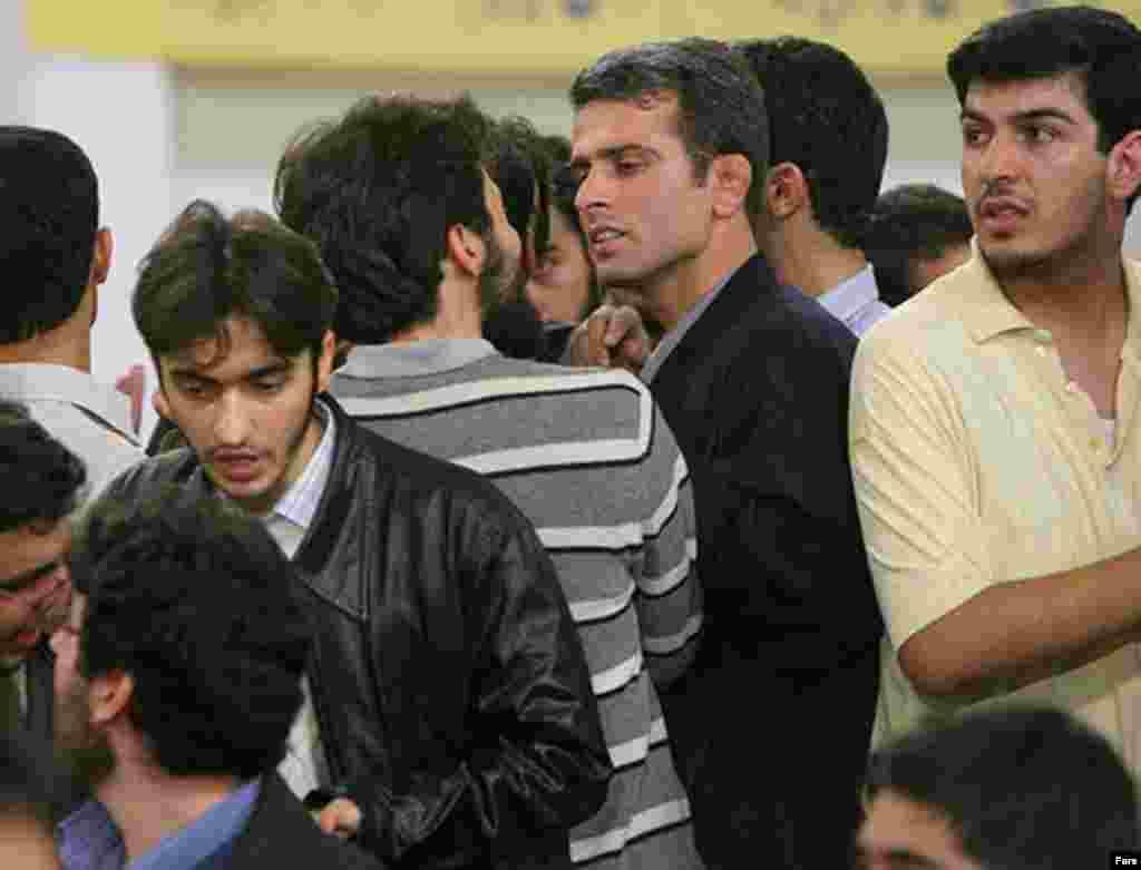 دانشجويان مخالف و موافق رييس جمهوری اسلامی با يکديگر درگير شدند
