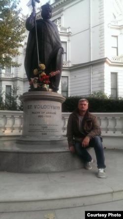 Конрад Камільський біля пам'ятника князю Володимиру в Лондоні