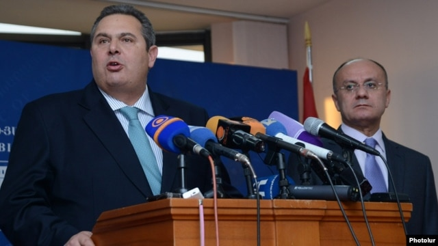Armenia - Defense Minister Seyran Ohanian (R) and his Greek counterpart Panos Kammenos at a news conference in Yerevan, 16Dec2015.