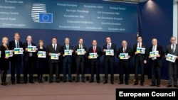 Європейські міністри закордонних справ тримають портрет української льотчиці Надії Савченко. Брюссель, 9 лютого 2015 року