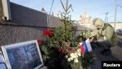Москвада Борис Немцов ок жеп каза тапкан жерге маал-маалы менен гүлчамбар коюлуп турат. 29-декабрь, 2015-жыл.