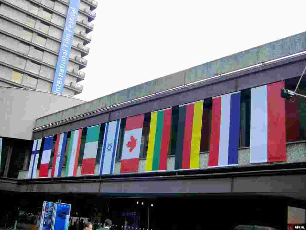 پرچم ایران و سایر کشورهایی که در جشنواره کارلوویواری حضور یافتهاند.