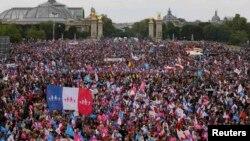 Противники однополых браков во время демонстрации на эспланаде Инвалидов. Париж, 26 мая 2013 года.