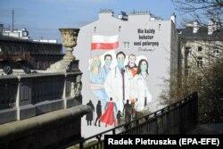 """Мурал на стене здания в Варшаве: """"Не все супергерои носят маски. Спасибо вам!"""""""