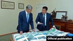 Алмазбек Атамбаев жана Айтмамат Кадырбаев Ош шаарынын абалын талкуулоодо. 20-февраль, 2016-жыл.
