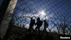 Migrantët duke ecur përgjatë kufirit me tela me gjemba të Hungarisë me Serbinë