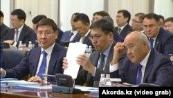 Вице-премьер-министры Казахстана Аскар Жумагалиев, Ерболат Досаев и Умирзак Шукеев (слева направо) на заседании правительства. Астана, 30 января 2019 года.
