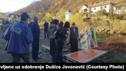 Aktivisti na mestu gde se gradi mala hidroelektrana na Rakitskoj reci