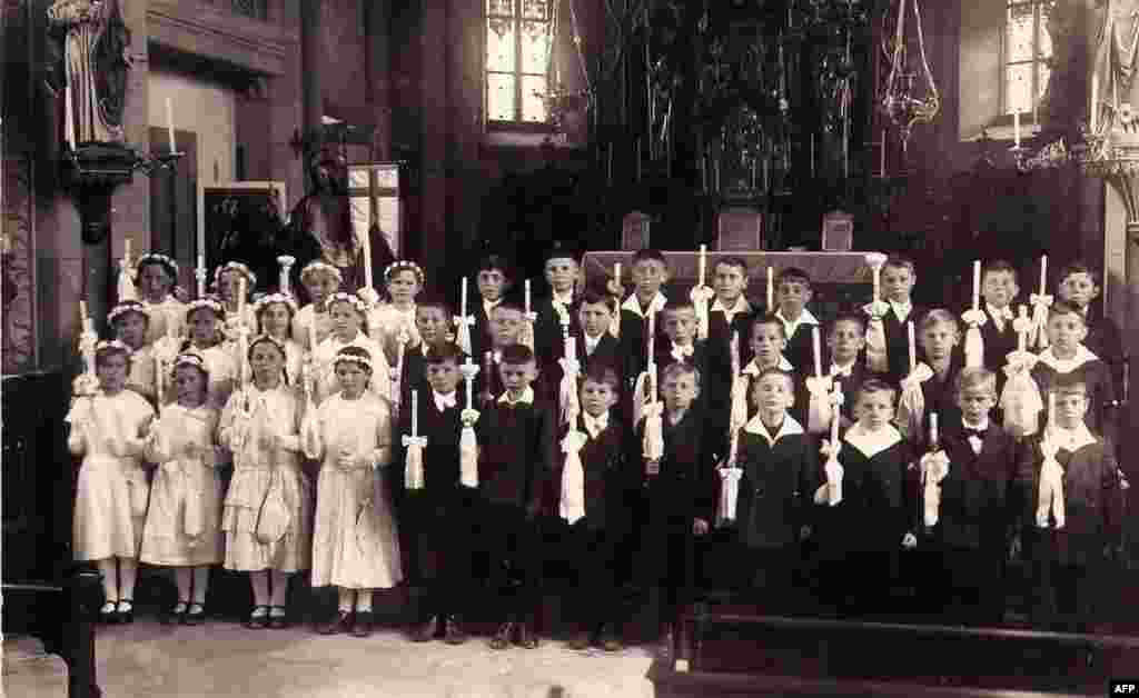 Joseph Ratzinger (1st row, 6th from left), then 8 years old, poses with other children during their first holy communion in Aschau am Inn, Bavaria, in 1935.