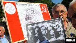 Участники митинга-реквиема, посвященного памяти жертв коммунистического и нацистского режимов. Львов, 22 июня 2011 года. Архивное фото