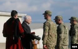 Сенатор Маккейн с грузинскими военными