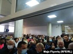 Grumbuj njerëzish në një qendër votimi në Mitrovicë të Veriut.