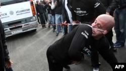 Лаша Патарая Гиннесс рекордтар кітабына ену үшін жүк көлігін құлағымен сүйреді. Грузия, 29 қараша 2012 жыл.