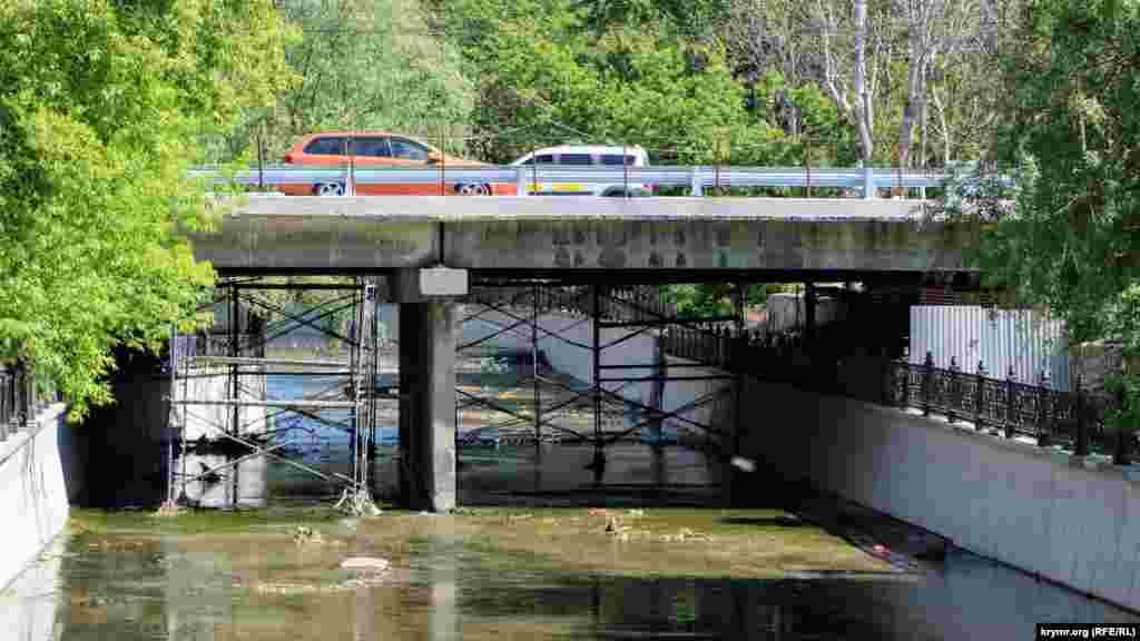 З іншого боку мосту картина схожа: риштування не прибрані