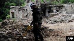 Pretraživanje teren u potrazi za minama u blizini Prištine