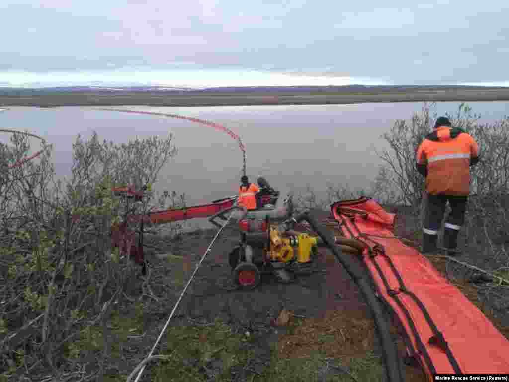 Echipele de specialiști pentru urgențe nu reușesc să controleze situația, la câteva zile după incident.