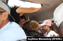 Аудан аумағында жолаушы таситын шағын автобустағы жас қыз бала. Қызылорда облысы, 17 шілде 2013 жыл. (Көрнекі сурет)