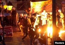 طی جلسه پارلمان، معترضان در برابر آن با پلیس درگیر شدند