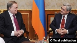 Armenian President Serzh Sarkisian (right) meets with PACE co-rapporteur John Prescott in Yerevan on January 17.