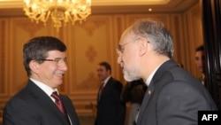 علیاکبر صالحی (راست) در کنار احمد داووداغلو، وزیر خارجه ترکیه