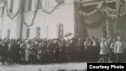 La gara din Chișinău în așteptarea oficialităților române (Sursă: Radu Osadcenco, Chișinău 1918, Chișinău: Epigraf, 2018)
