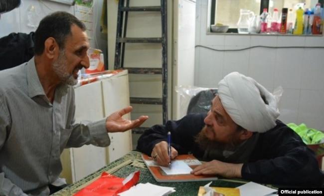 عباس تبریزیان در حال طبابت اسلامی
