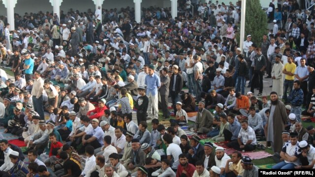 Eid al-Fitr prayers at the Muhammadiya Mosque in the Vahdat neighborhood of the Tajik capital, Dushanbe.